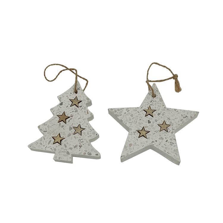 墙上挂着的毛毡圣诞树和星星圣诞饰品